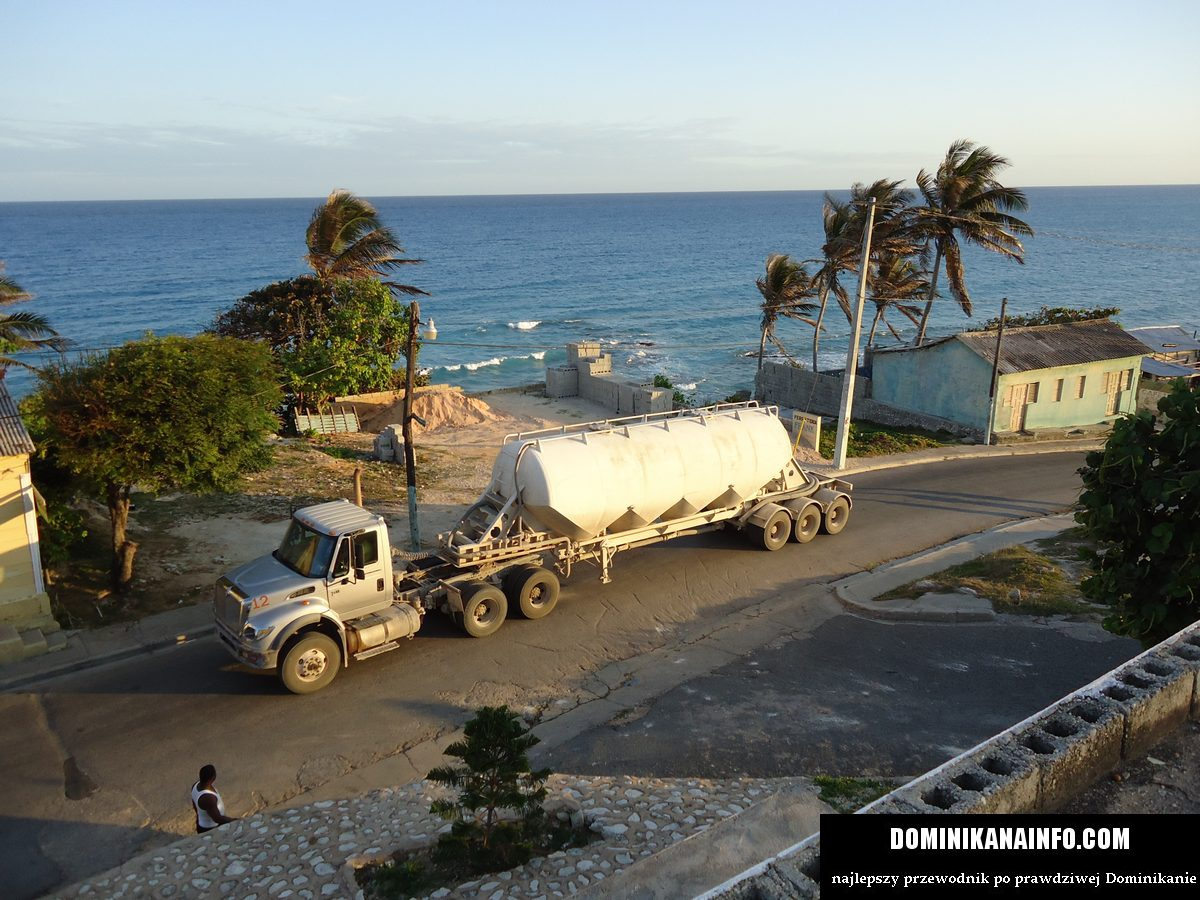 Dominikana bigtruck i wąska uliczka